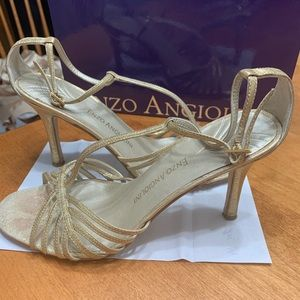 Shoes - ⭐️Gold heels ⭐️size 6